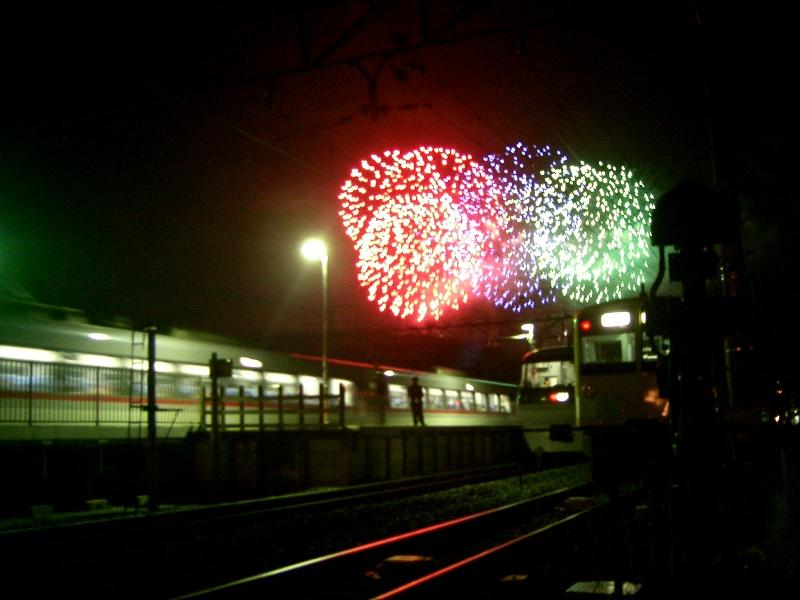 臨時の特急むさし10000系と留置中の301系と花火@横瀬駅